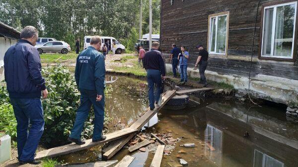 Вице-премьер РФ Виталий Мутко и губернатор Иркутской области Сергей Левченко осматривают последствия паводка в Нижнеудинске Иркутской области