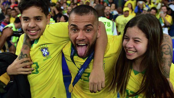 Бразильский футболист Дани Алвес с детьми после финала Copa America
