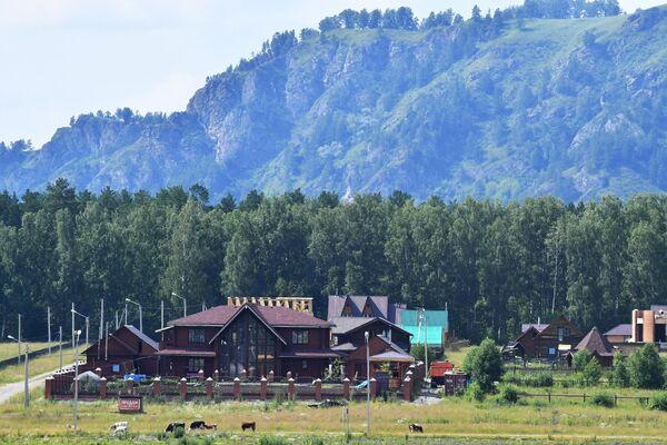Отдыхающие на территории всесезонного курорта Манжерок в Республике Алтай