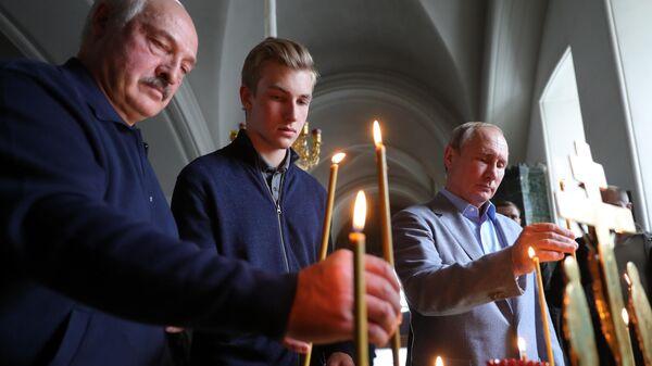 Президент РФ Владимир Путин и президент Белоруссии Александр Лукашенко с сыном Николаем во время посещения Валаамского монастыря. 17 июля 2019
