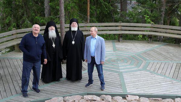 Президент РФ Владимир Путин и президент Белоруссии Александр Лукашенко во время посещения Валаамского монастыря. 17 июля 2019