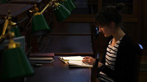 Девушка в читальном зале