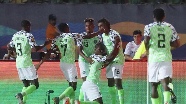 Футболисты сборной Нигерии праздную победу над Тунисом в матче за третье место на Кубке Африки