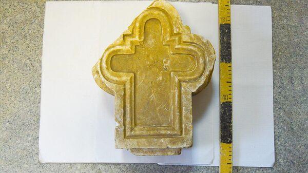 В пойме реки Яузы обнаружен фрагмент мраморного креста, который датируют XIX — началом XX века.