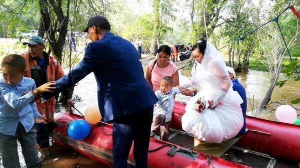 Спасатели переправили жениха и невесту через размытый участок дороги около села Хондергей