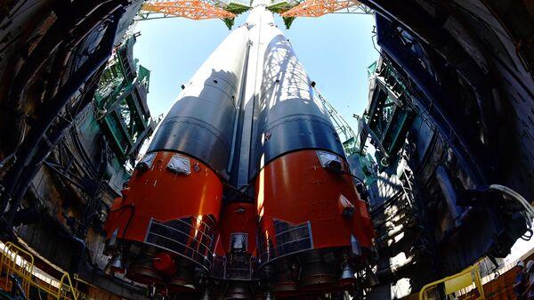 Ракета-носитель Союз-ФГ с пилотируемым кораблем Союз МС-13 на стартовой площадке космодрома Байконур
