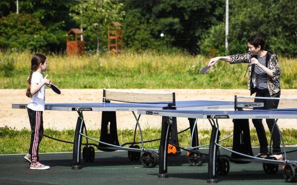 Посетители парка Терлецкая дубрава играют в настольный теннис
