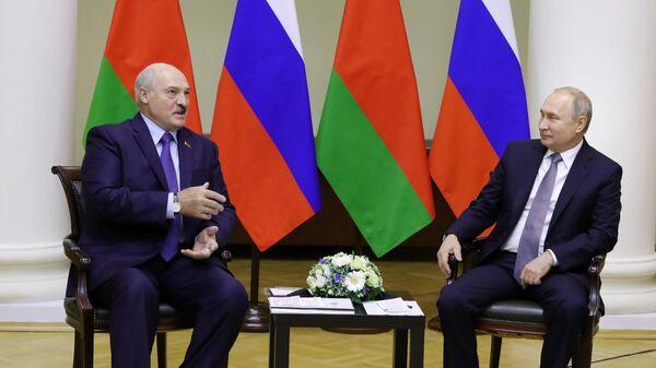 Президент России Владимир Путин и президент Белоруссии Александр Лукашенко во время беседы в Таврическом дворце