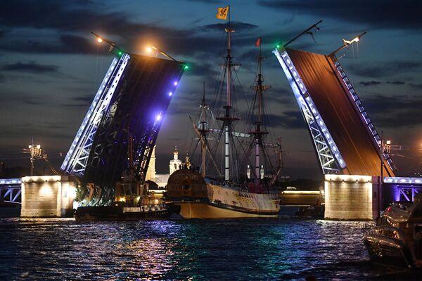 Фрегат Полтава проходит Дворцовый мост для участия в репетициях главного военно-морского парада на день ВМФ