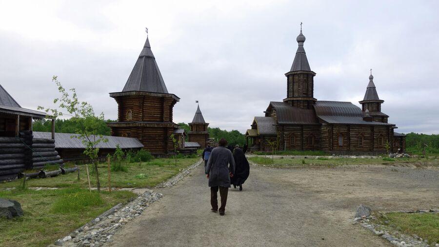 Насельники Трифонова-Печенгского монастыря идут на вечернюю  молитву