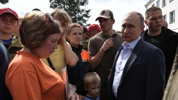Президент РФ Владимир Путин во время общения с жителями Тулуна, пострадавшими в результате наводнения