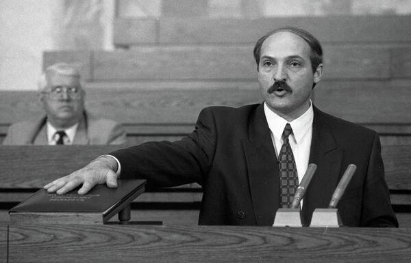 Первый президент Белоруссии Александр Лукашенко приносит присягу и произносит программную речь на заседании специальной сессии республиканского парламента