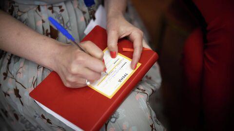 Участница форсайт-сессии заполняет карточку со своим предложением