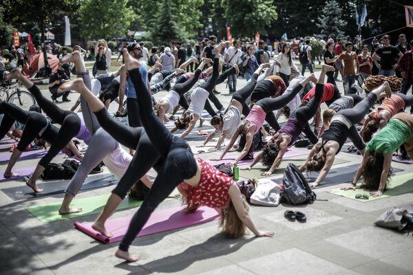 Участники акции протеста занимаются гимнастикой в парке Гези в Стамбуле.