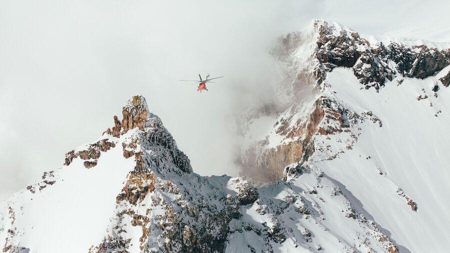 Хели-ски на Камчатке. Вид на вулкан Мутновский
