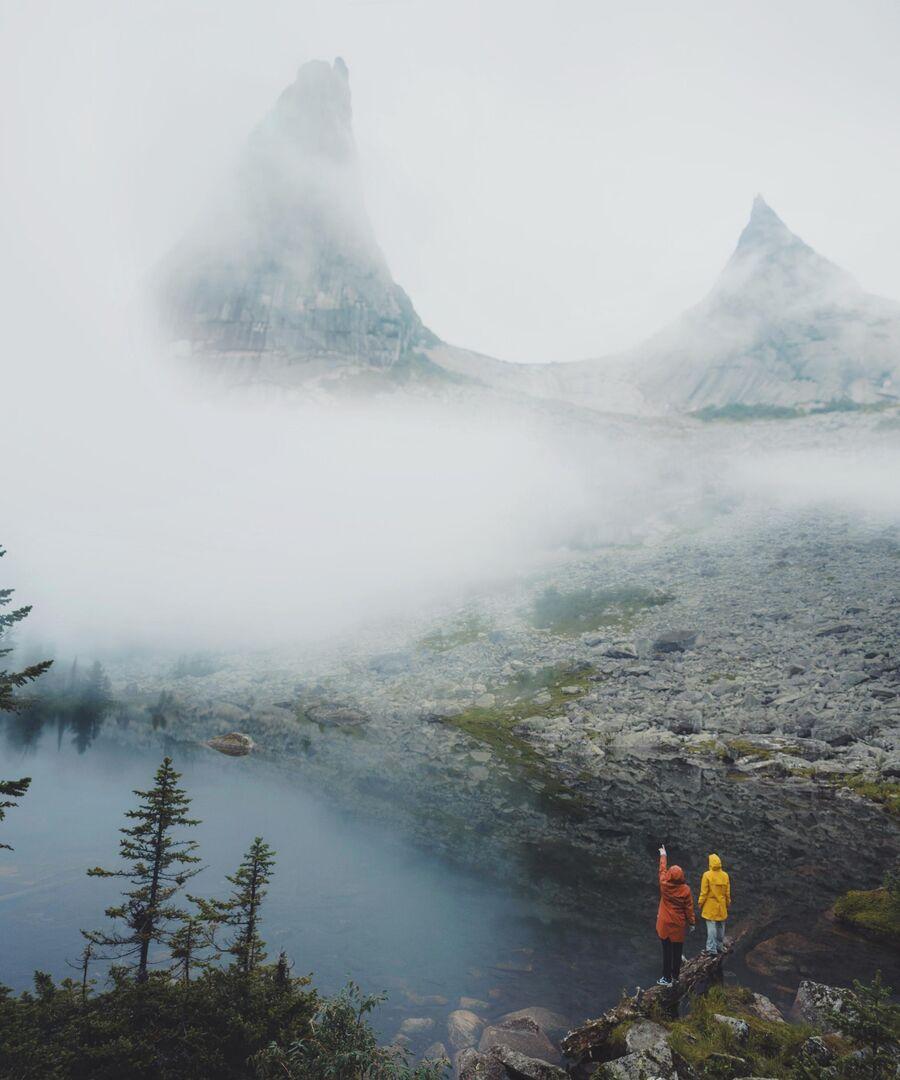 Озеро Художников в тумане. Природный парк Ергаки