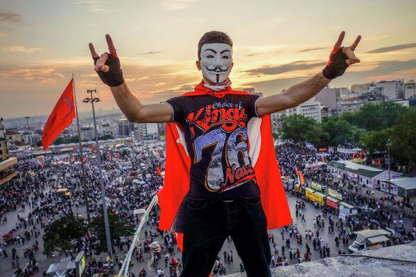 Демонстранты на площади Таксим в Стамбуле