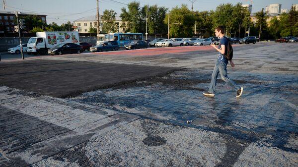 В Екатеринбурге закатали в асфальт часть граффити Покраса Лампаса