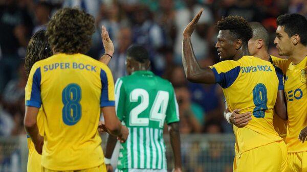 Форвард Порту Зе Луиш с товарищами по команде радуется забитому мячу