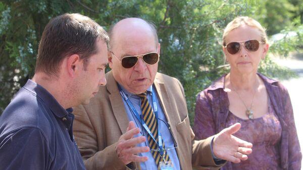 Координатор от ОБСЕ в гуманитарной подгруппе по Донбассу Тони Фриш и представитель ЛНР в гуманитарной подгруппе Ольга Кобцева возле Луганского СИЗО после посещения военнопленных