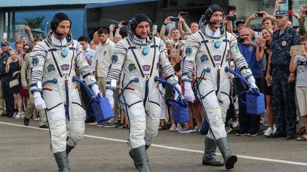 Члены основного экипажа экспедиции МКС-60/61 перед стартом ракеты-носителя Союз-ФГ с пилотируемым кораблем Союз МС-13