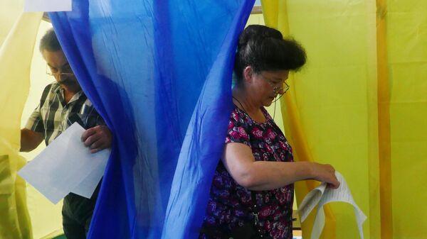 Избиратели голосуют на участке в Черкассах на досрочных выборах в Верховную раду Украины