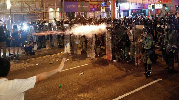 Столкновения между полицейскими и участниками акции протеста против внесения поправок к законопроекту об экстрадиции в Гонконге. 21 июля 2019