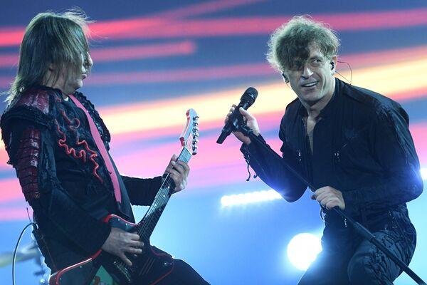 Слева направо: участники рок-группы Би-2 Шура (Александр Уман) и Лёва (Егор Бортник) выступают на фестивале Нашествие