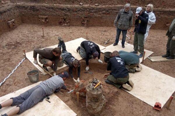 Ученые ведут раскопки в одиночной могиле, где предположительно захоронен
