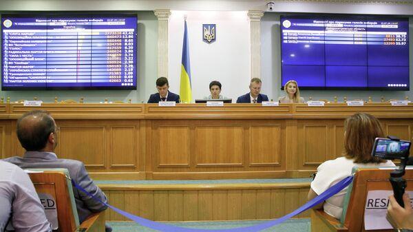 Члены Центральной избирательной комиссии Украины во время оглашения промежуточных результатов парламентских выборов. 22 июля 2019 года