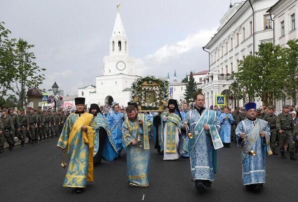 Священнослужители во время крестного хода с иконой Казанской Божией Матери на улице Казани