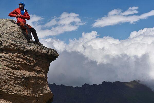 Альпинист на одной из скал во время восхождения на Эльбрус из ущелья Джилы - Су в Кабардино-Балкарии