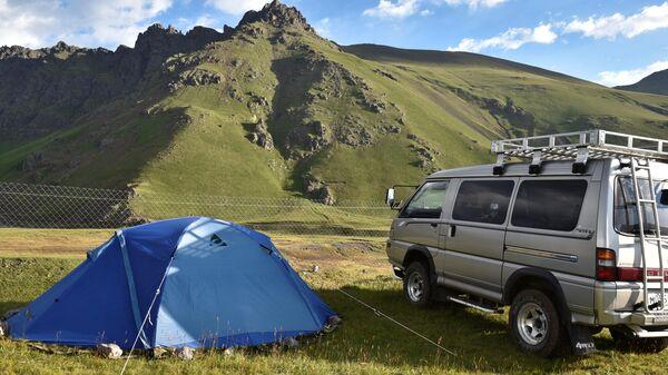 Автомобиль и палатка в базовом лагере Джилы - Су в Кабардино-Балкарии