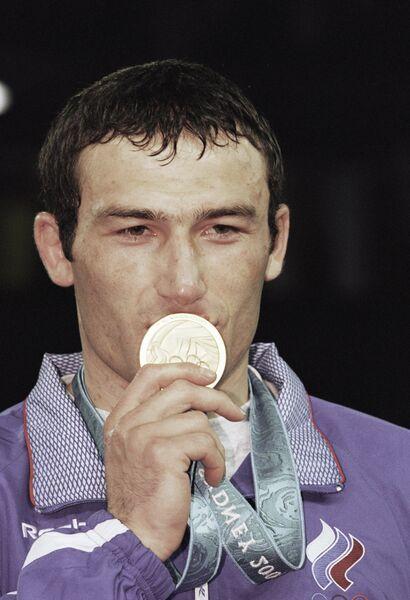 Российский спортсмен Мурат Карданов завоевал бронзовую медаль в соревнованиях по греко-римской борьбе в весовой категории 76 кг на XXVII летних Олимпийских играх в Сиднее по традиции целует золотую медаль.