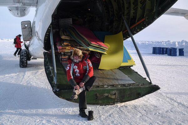 Океанолог, почетный полярник, доктор биологических наук Игорь Мельников после приземления на территории дрейфующего ледового лагеря Барнео в районе Северного полюса в Арктике