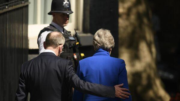 Экс-премьер-министр Великобритании Тереза Мэй покидает резиденцию на Даунинг-стрит, 10 в Лондоне. 24 июля 2019