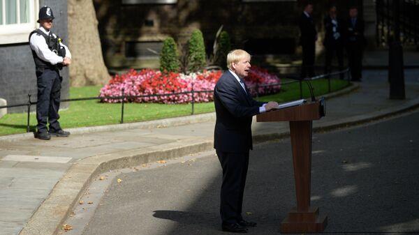 Премьер-министр Великобритании Борис Джонсон выступает перед журналистами у резиденции на Даунинг-стрит, 10 в Лондоне