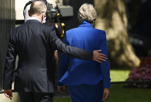 Экс-премьер-министр Великобритании Тереза Мэй покидает резиденцию на Даунинг-стрит