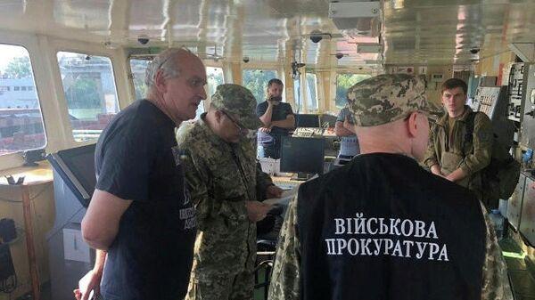 Сотрудники военной прокуратуры Украины на борту задержанного СБУ российского судна в порту Измаила