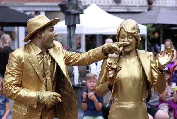 Участники фестиваля живых статуй в Марш-ан-Фамен, Бельгия
