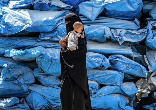 Женщина с ребенком в лагере Аль Хол в Сирии
