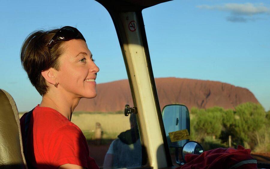 Фото на фоне красной скалы Улуру - священная обязанность каждого туриста