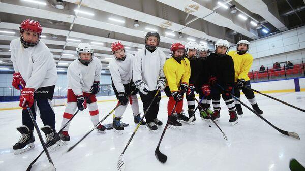 Дети на тренировке по хоккею