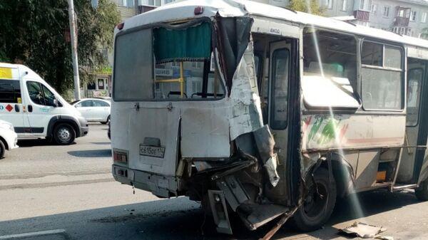 Последствия ДТП с участием автобуса и автокрана в Челябинске