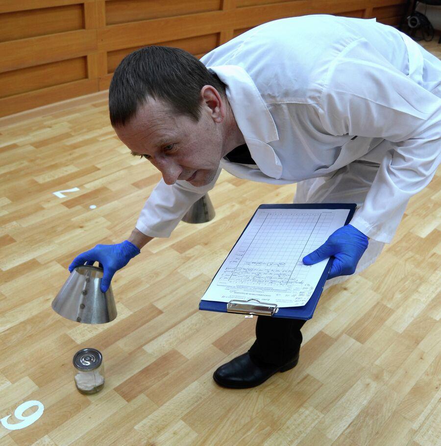 Процесс проведения экспертизы запаховых следов человека