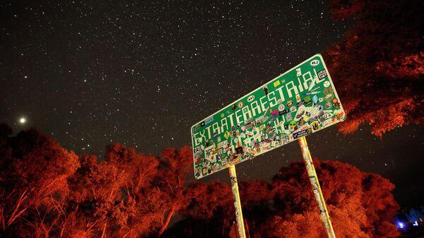 Указатель на трассе 375 (шоссе НЛО), ведущей к Зоне 51 в Неваде, США