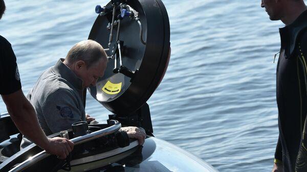 Президент РФ Владимир Путин во время погружения в батискафе на дно Финского залива в ходе посещения острова Гогланд. 27 июля 2019