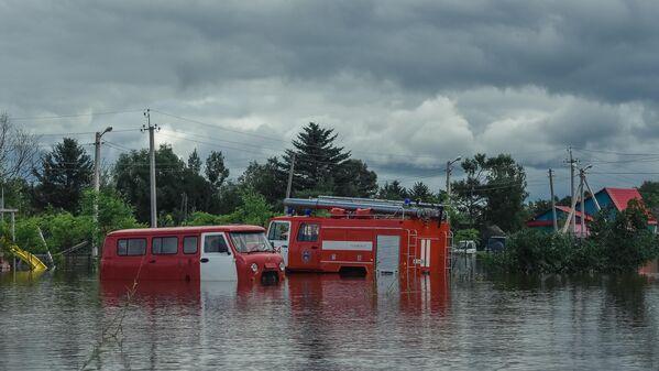 Затопленные пожарные автомобили в селе Норск в Селемджинском районе Амурской области