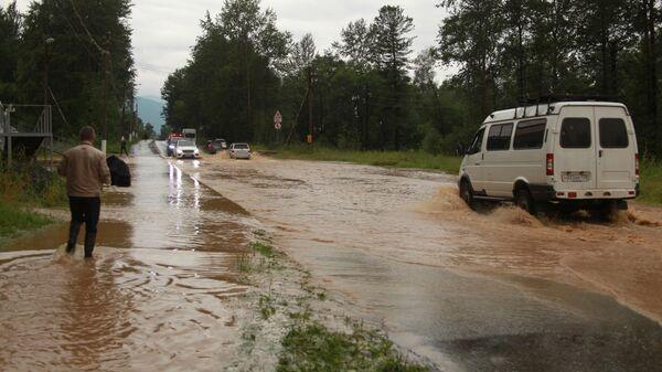 Подтопленная из-за паводка дорога в Байкальске