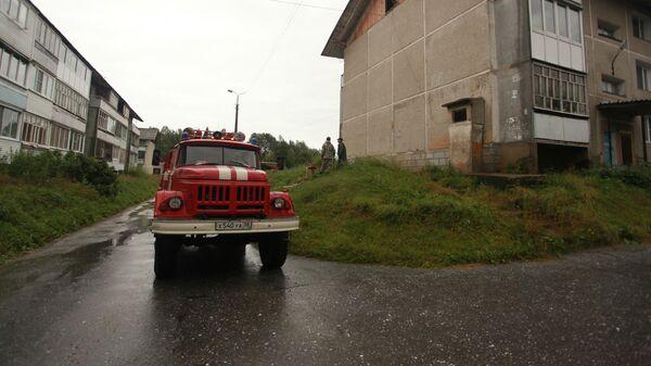 Пожарная машина на улице микрорайона Гагарина в Байкальске